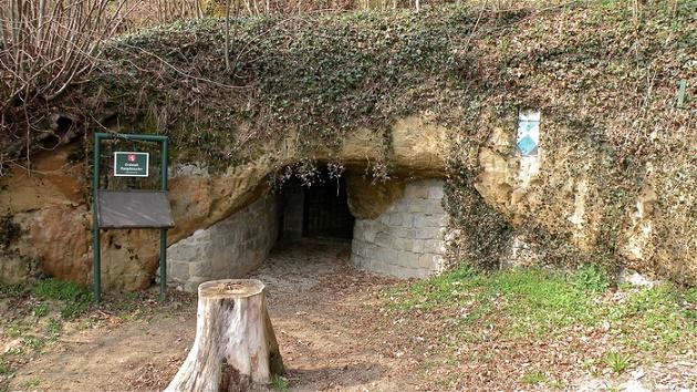 Entrada para o Erdstall em Perg, Áustria. O túnel abrange a Áustria e Alemanha, porém segundo Dr. Kusch, há uma ligação entre túneis que vão desde a Escócia até a Turquia.