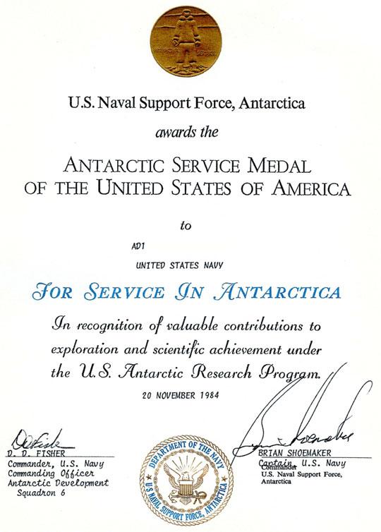 Medalha de Serviço Antártico recebida por Brian em 20 de novembro de 1984 em reconhecimento aos serviços prestados à marinha dos EUA.