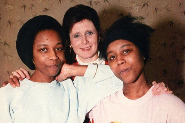 Jennifer Gibbons (à esquerda) e June Gibbons (à direita) com a jornalista Marjorie Wallace.