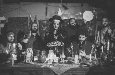 Consuelo: a banda brasileira que está conquistando a TODOS com canções místicas e misteriosas.
