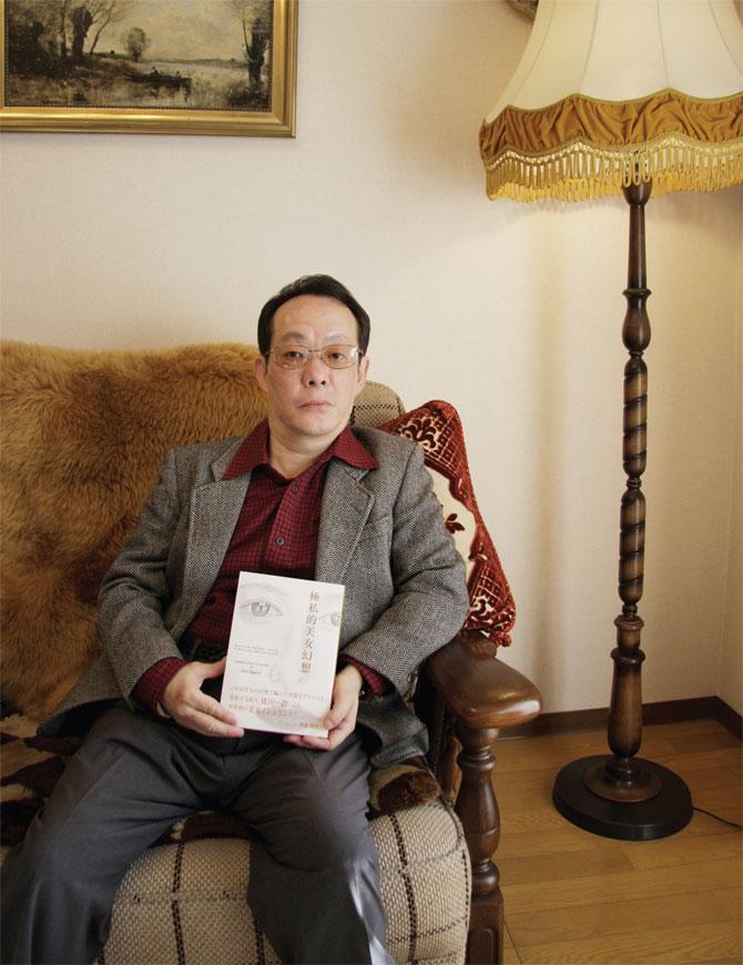 Issei Sagawa hoje em dia com seu livro