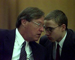 Joshua no tribunal com seu advogado