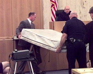Colchão de água de Joshua, usado no tribunal como provas contra o crime
