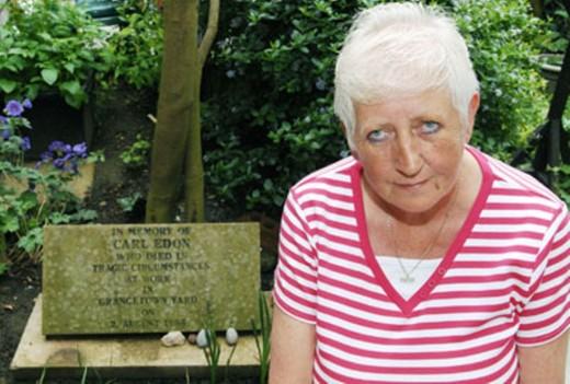 Mãe de Carl Edon e seu túmulo