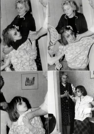 Annaliese com sua mãe, em um dos exorcismos