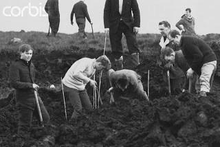 Outubro de 1965 – Escavações no pântano em busca dos corpos das vítimas.