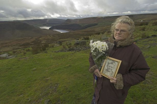 Winnie Johnson passou longos anos depositando flores na estrada ao lado do Pântano para seu filho que jamais teve o corpo encontrado.