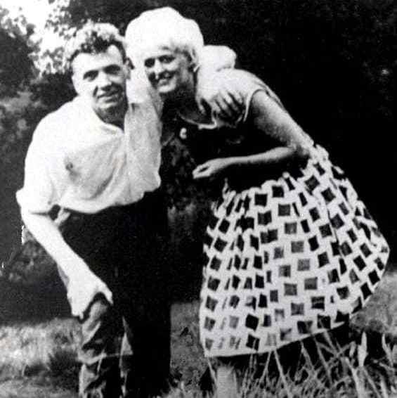 Ian e Myra (platinada para atender as exigências do namorado).