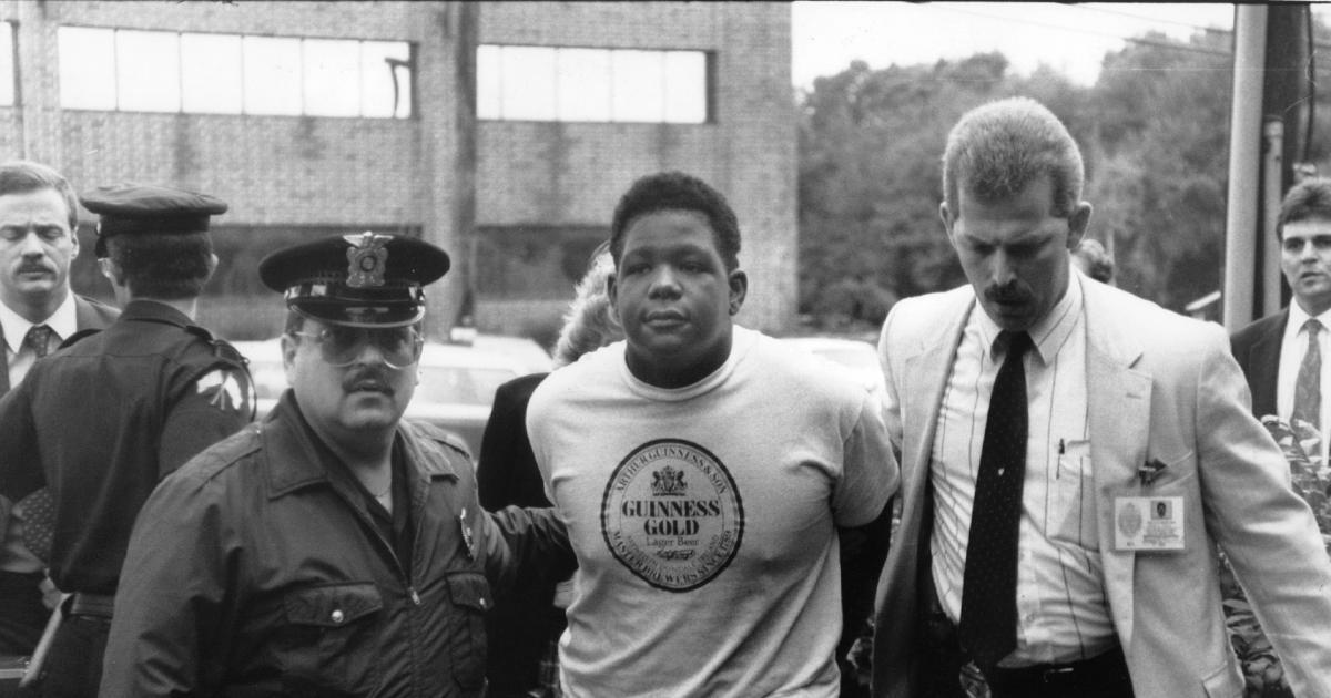 Craig Price sendo preso pela polícia com 15 anos, pelo assassinado dos Heaton