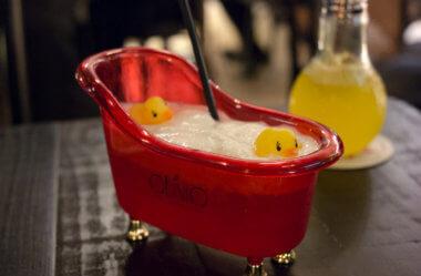 Olívio Bar: Conheça o bar que serve bebida na cabeça do Donald Trump!