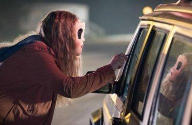 """Vídeos perturbadores de """"Os Estranhos 2:  Caçada Noturna"""" mostram que o filme promete ser bizarro e assustador!"""